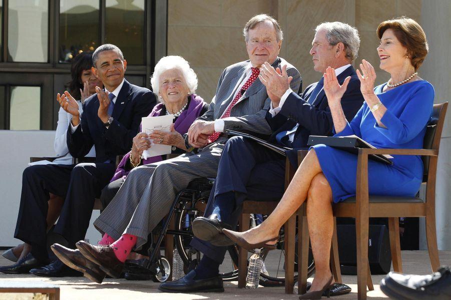 Barbara et George Bush entourés de Michelle et Barack Obama et de George W. et Laura Bush, en avril 2013.