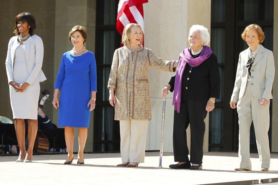 Barbara Bush entourée des First Ladies Michelle Obama, Laura Bush, Hillary Clinton et Rosalynn Carter, en avril 2013.