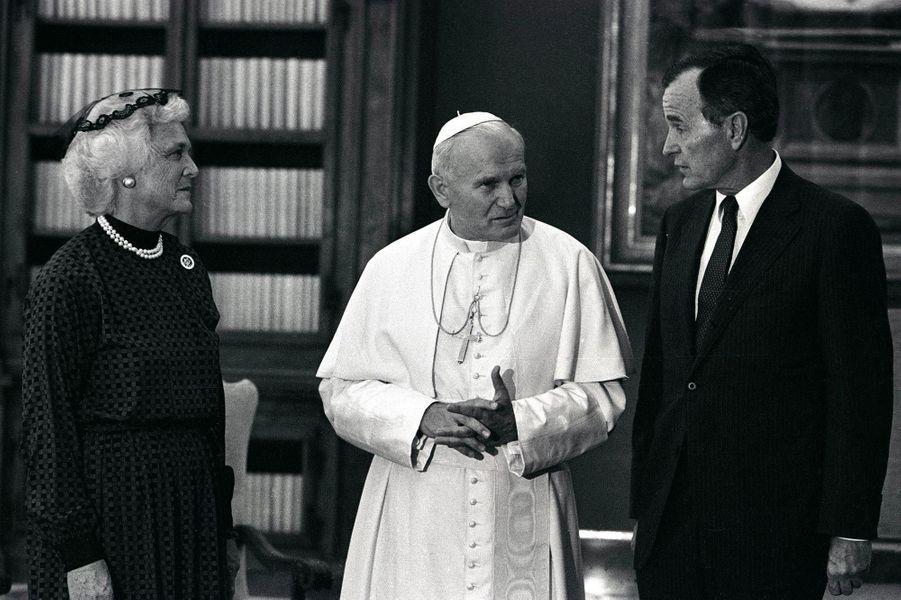George H. W. et Barbara Bush aux côtés du pape Jean-Paul II, en juin 1985