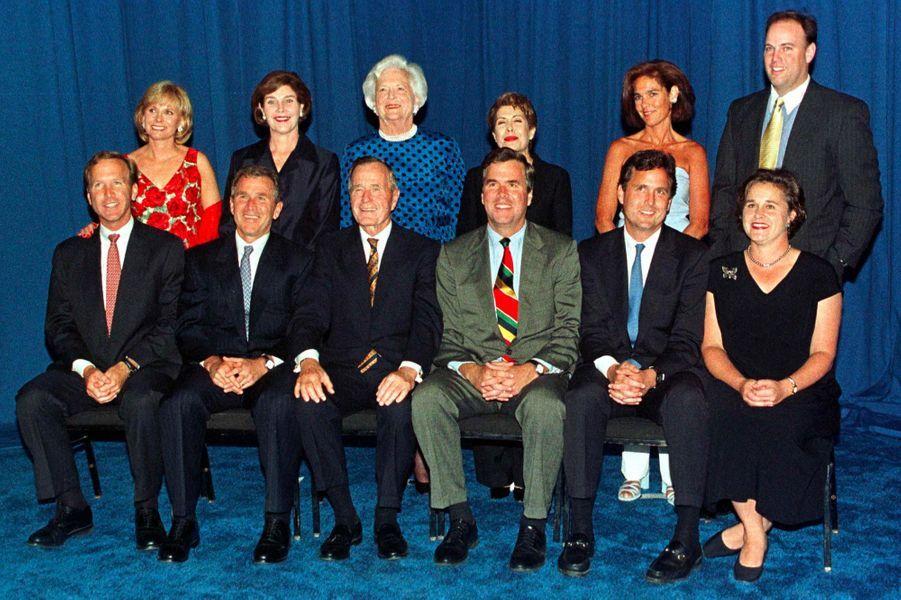 George H. W. et Barbara Bush aux côtés de leurs enfants Neil, George W., Jeb, Marvin et Dorothy avec leurs époux respectifs, Sharon Bush, Laura Bush, Columba Bush, Margaret Bush et Bobby Koch, en juin 1999.