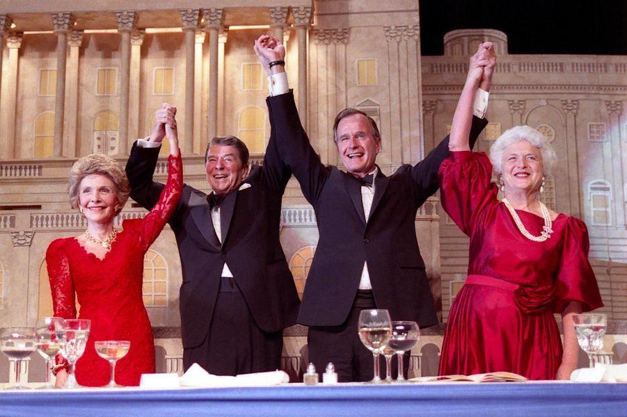 George H. W. et Barbara Bush aux côtés du couple Reagan, en mai 1988.
