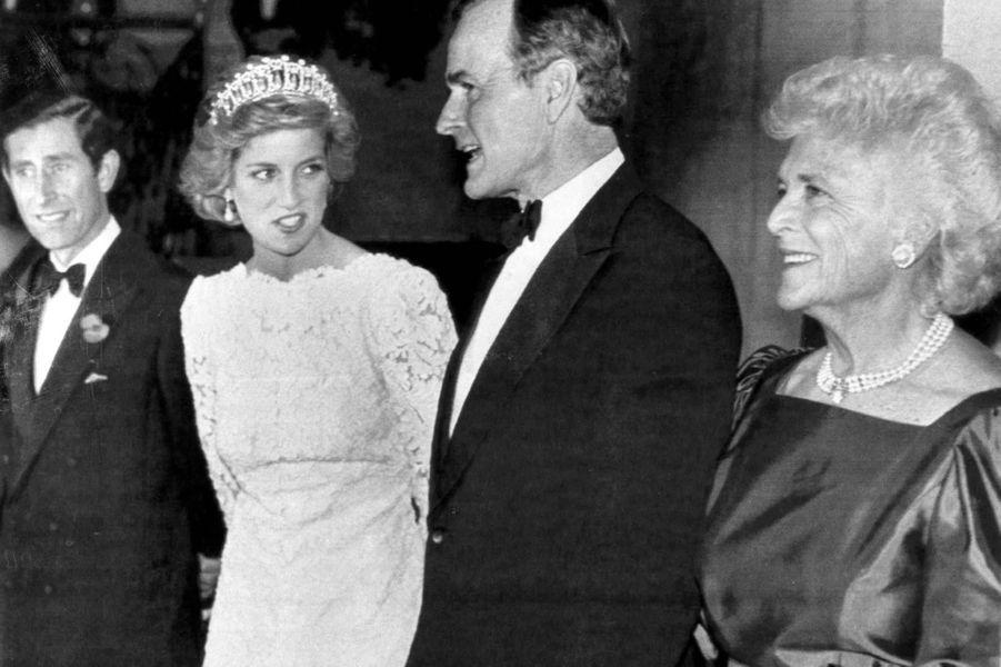 George H. W. et Barbara Bush aux côtés du prince Charles et de la princesse Diana, en novembre 1985.