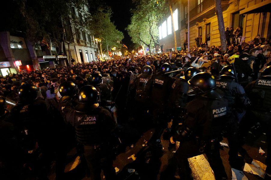 Le centre de Barcelone a vécu des scènes de guérilla urbaine mardi soir au deuxième jour des manifestations contre la condamnation des dirigeants séparatistes