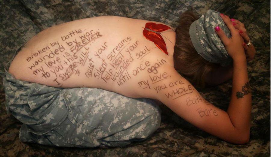"""Des épouses et des compagnes de soldats sont à l'origine de """"Battling Bare"""", une émouvante campagne sur Facebook, destinée à alerter l'opinion publique sur le fléau des suicides dans l'armée américaine, en augmentation constante depuis une décennie. Sur leur dos nu, elles ont inscrit, sous la forme d'un court poème, l'histoire de leur compagnon brisé par la guerre et l'amour infini qu'elles portent à leur guerrier fragile. """"Brisé par la bataille, blessé par la guerre, Mon amour pour toi est éternel, je le jure, J'apaiserai tes cris silencieux Je soignerai ton âme en miettes Jusqu'à ce qu'un jour, mon amour... Tu sois toi tout entier""""www.facebook.com/BattlingBare"""