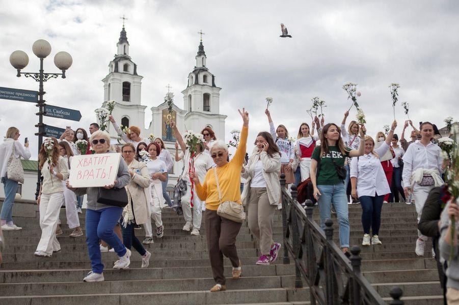 Les femmes défilent à Minsk, le 13 août 2020.