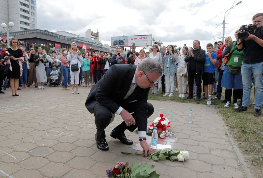Dirk Schuebel, chef de la délégation européenne, a lui aussi déposé quelques fleurs.