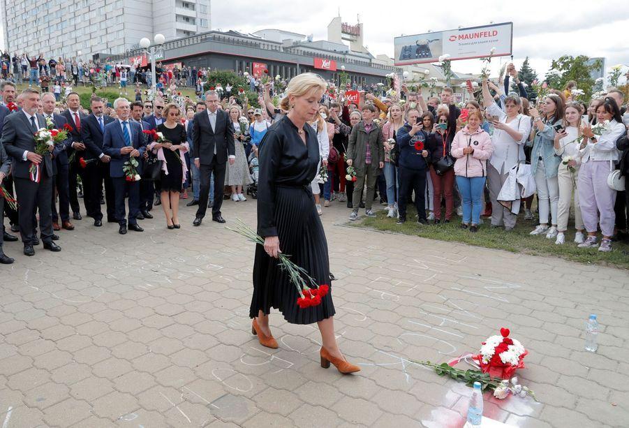 L'ambassadeur de la Suède au BélarusChristina Johannesson a déposé des fleurs en hommage à un manifestant mort pendant la répression en début de semaine à Minsk.