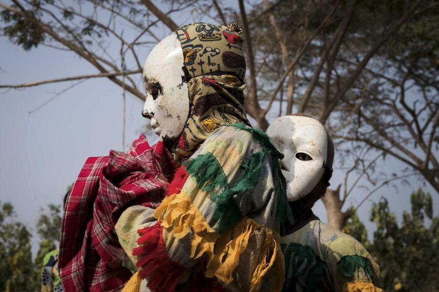 Les danseurs masqués accompagnés de tambourins réalisent la partie la plus importante de la cérémonie.Allada, le 9 janvier.