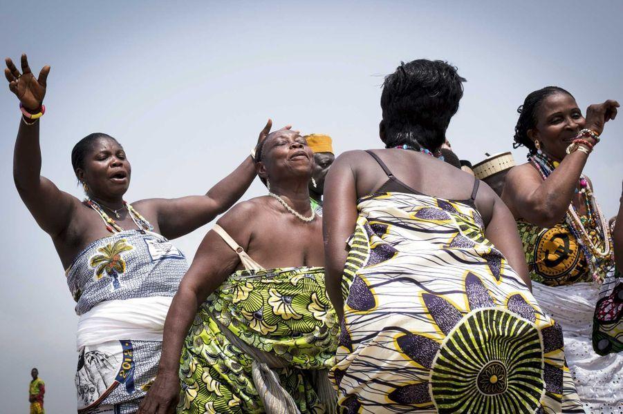 Le 10 janvier, des croyants venus de tout le pays se réunissent au bord de la mer, à Ouidah, pour célébrer Mami Wata, la mère des eaux.