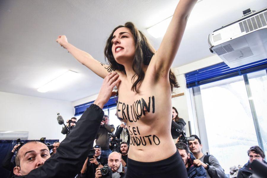 Berlusconi Accueilli Par Une Femen Au Bureau De Vote 11