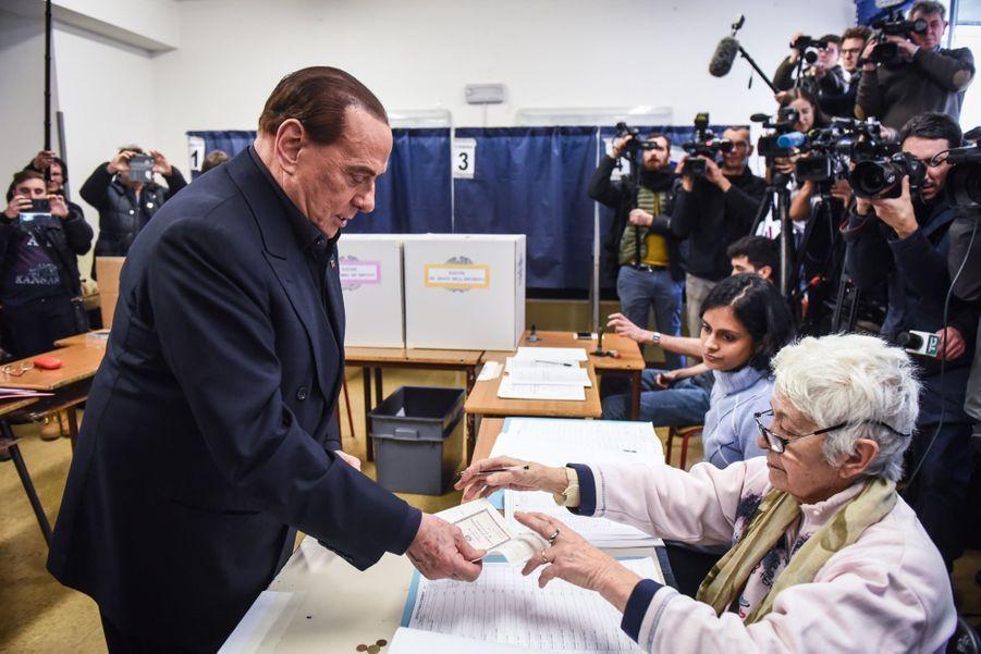 Berlusconi Accueilli Par Une Femen Au Bureau De Vote 12