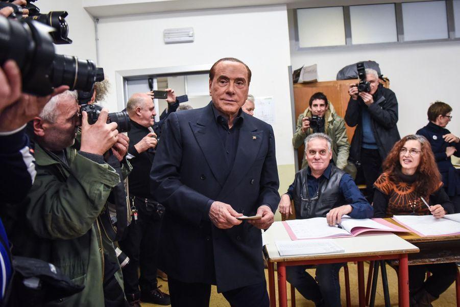 Berlusconi Accueilli Par Une Femen Au Bureau De Vote 13