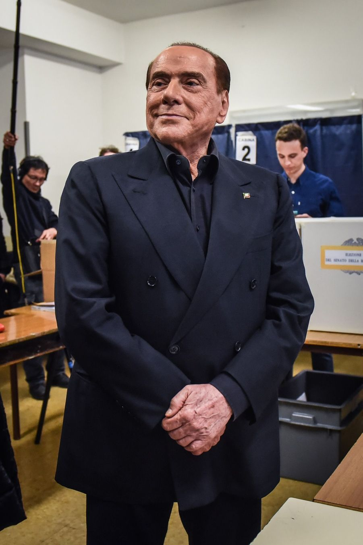 Berlusconi Accueilli Par Une Femen Au Bureau De Vote 14