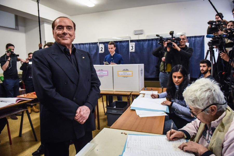 Berlusconi Accueilli Par Une Femen Au Bureau De Vote 15
