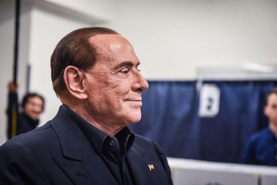 Berlusconi Accueilli Par Une Femen Au Bureau De Vote 16