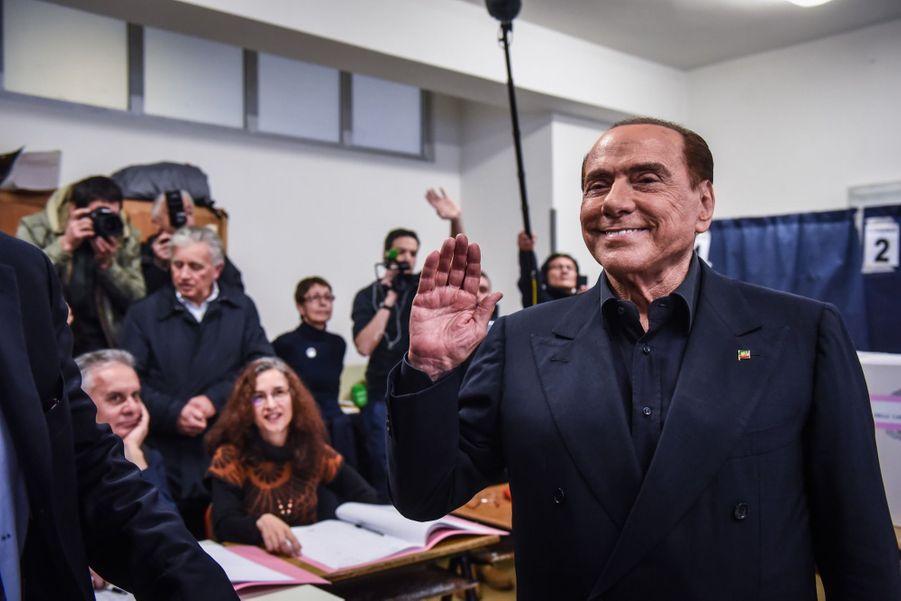 Berlusconi Accueilli Par Une Femen Au Bureau De Vote 17