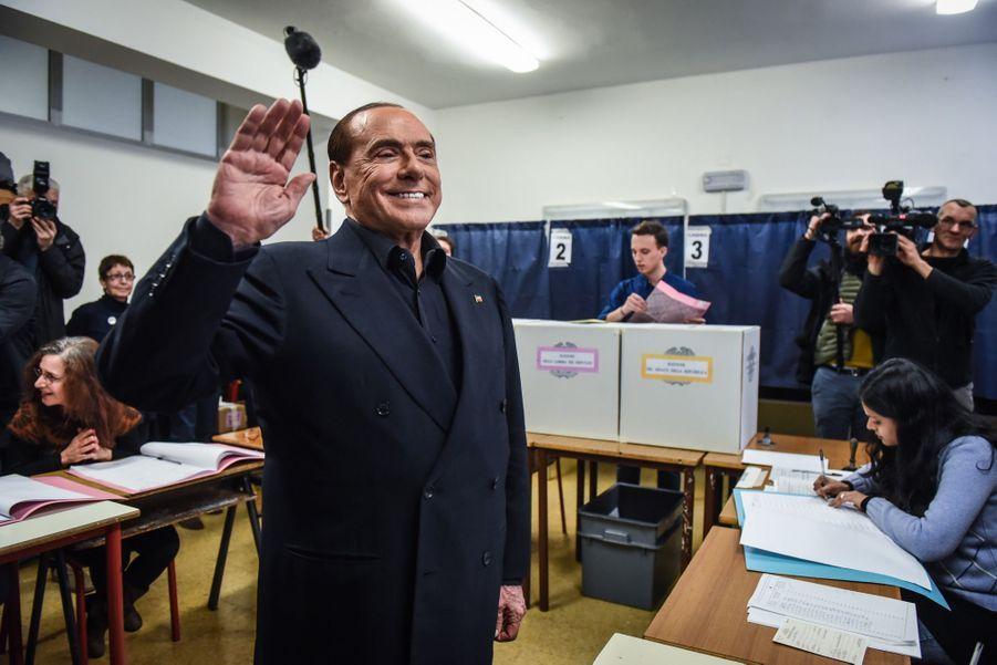 Berlusconi Accueilli Par Une Femen Au Bureau De Vote 18