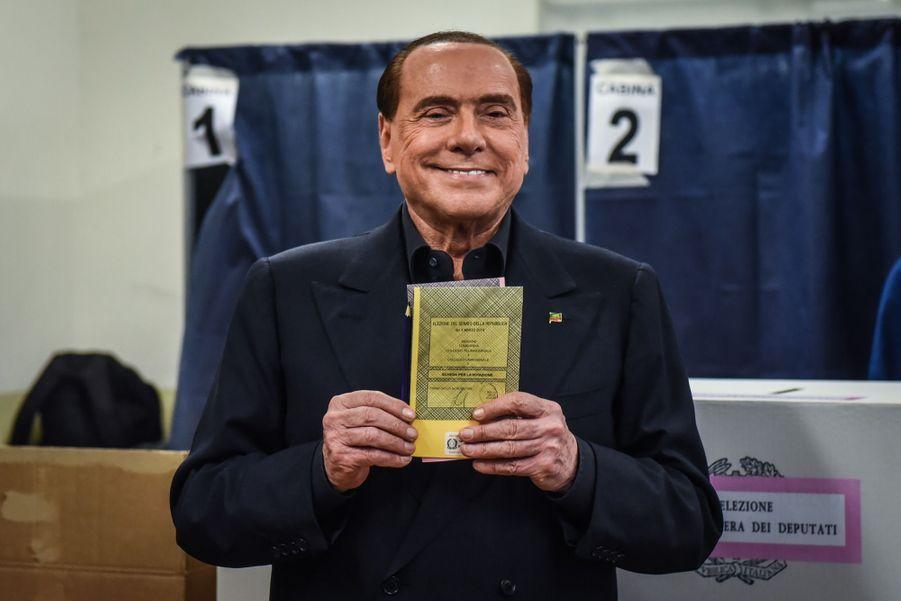 Berlusconi Accueilli Par Une Femen Au Bureau De Vote 19