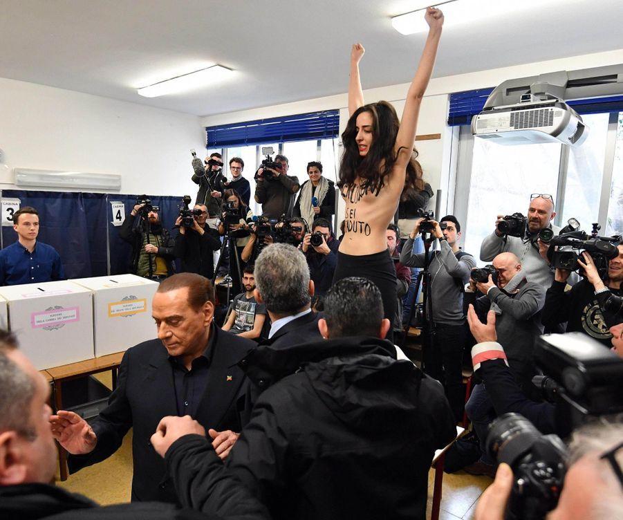 Berlusconi Accueilli Par Une Femen Au Bureau De Vote 2