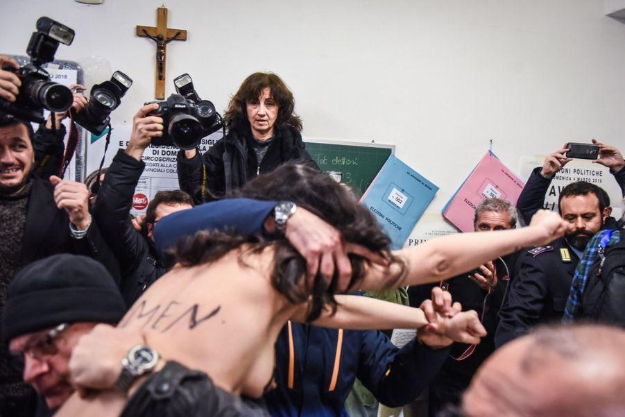 Berlusconi Accueilli Par Une Femen Au Bureau De Vote 8