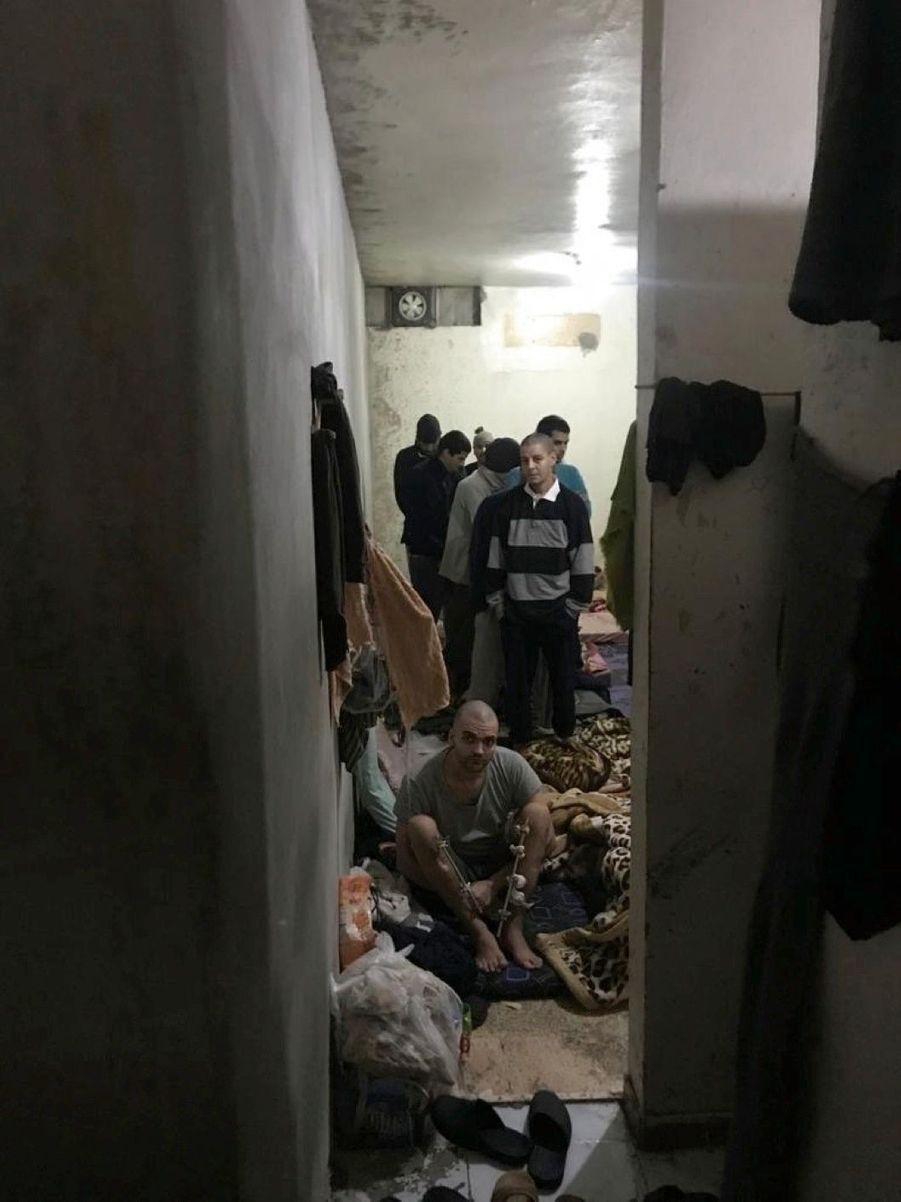 Des volontaires de l'Etat islamique dans la prison de Derik, au Rojava. Parmi eux, des Français.