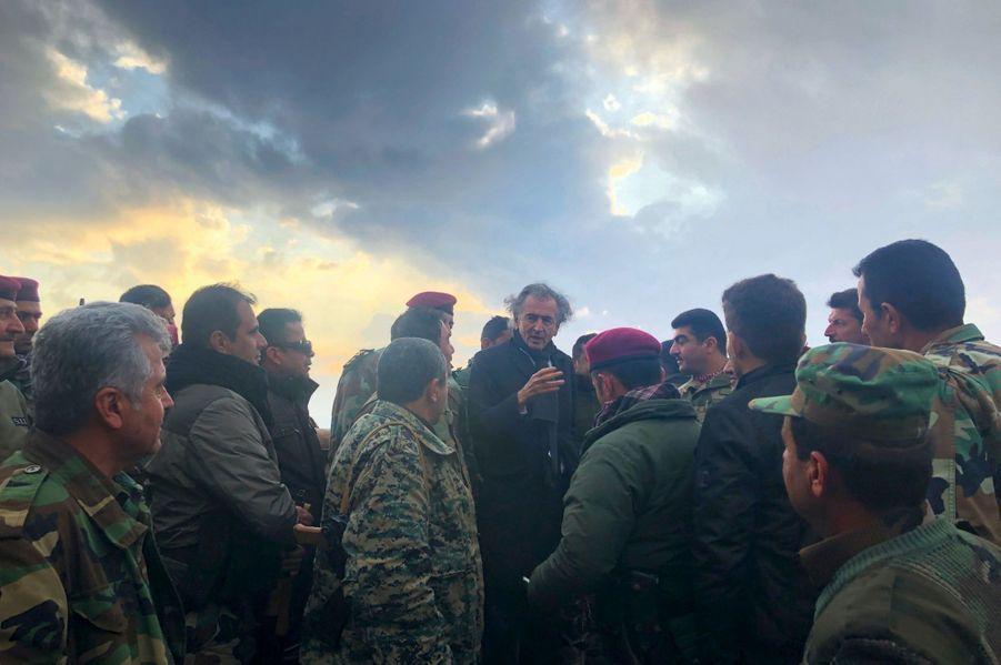 En Irak, en décembre 2019. De profil à dr., le héros des peshmergas : Sirwan Barzani, surnommé « le Tigre noir », le général que BHL avait fait inviter à l'Elysée, sous François Hollande, en 2015.