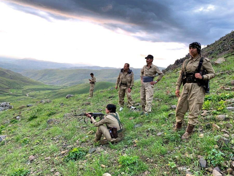Les peshmergas du Parti démocratique du Kurdistan d'Iran (PDKI), près de leur base à la frontière iranienne