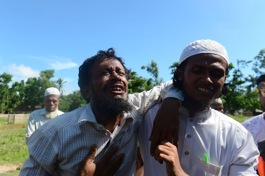 Alif Jukhar à l'enterrement de ses proches décédés dans un naufrage alors qu'ils tentaient de fuir la Birmanie.