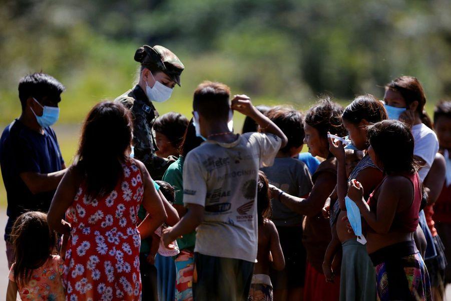 Les médecins militaires et les jeunes de la tribu Yanomami : la rencontre entre deux mondes.