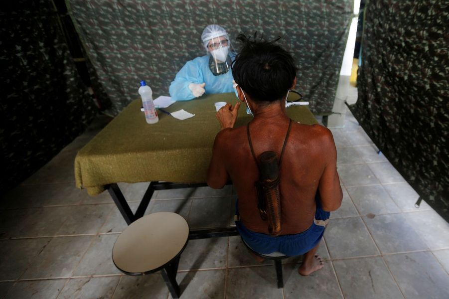 Un médecin militaire examine un guerrier yanomami à la frontière deSurucucu à Alto Alegre dans l'état de Roraima au Brésil.