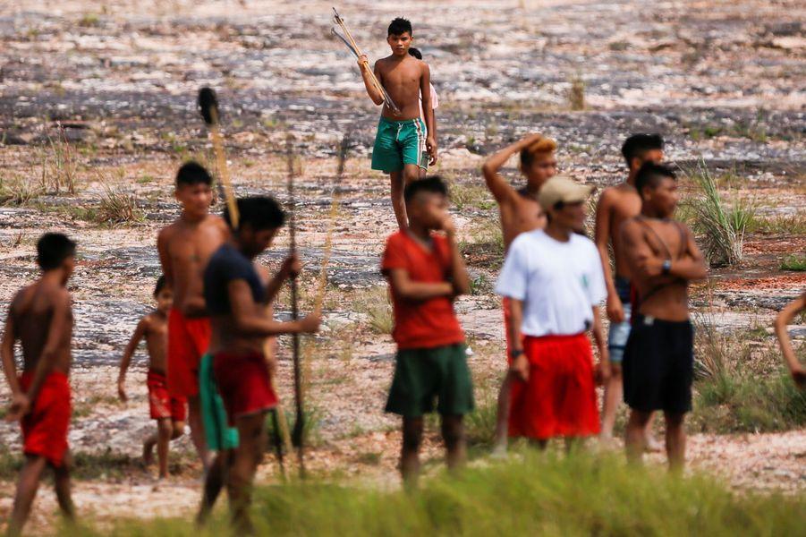 Les Yanomamis ont été surpris de voir arriver le personnel médical en hélicoptère militaire.