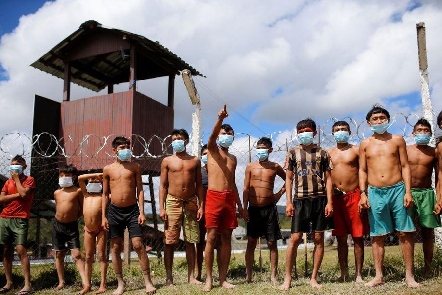 Les jeunes Yanomamis, tous masqués.