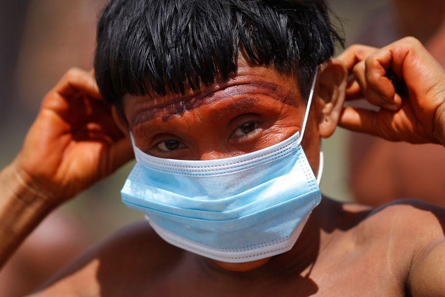 Un enfant yanomami et son masque.