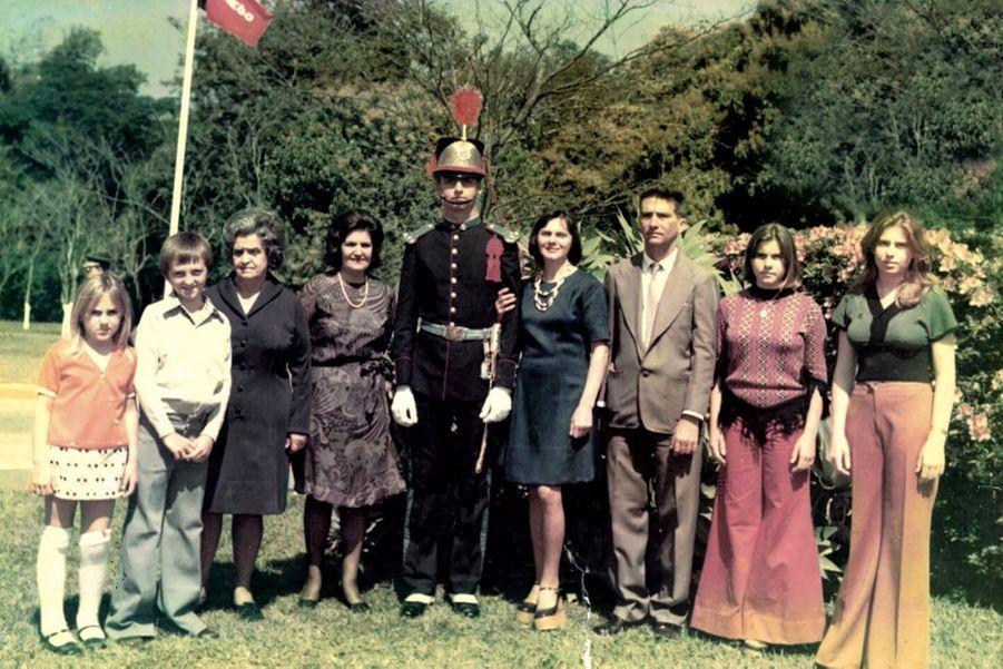 En 1977, pendant la dictature, il est diplômé de l'académie militaire d'Agulhas Negras (les Aiguilles noires). Ici, avec sa famille, en uniforme de cadet.