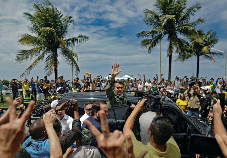 Rio de Janeiro, le 28 octobre. Jair Bolsonaro sort du bureau de vote. Quelques heures plus tard, il est élu président avec 55,1 % des voix.
