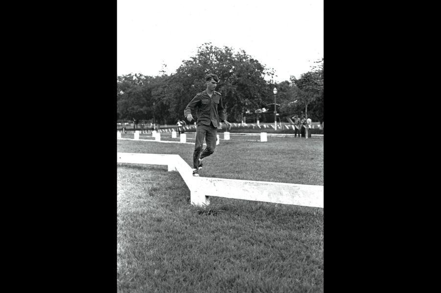 Cadet à l'académie militaire, il effectue le parcours du combattant. Surnommé « Cavalão » (le Grand Cheval), il quittera l'armée en 1988.