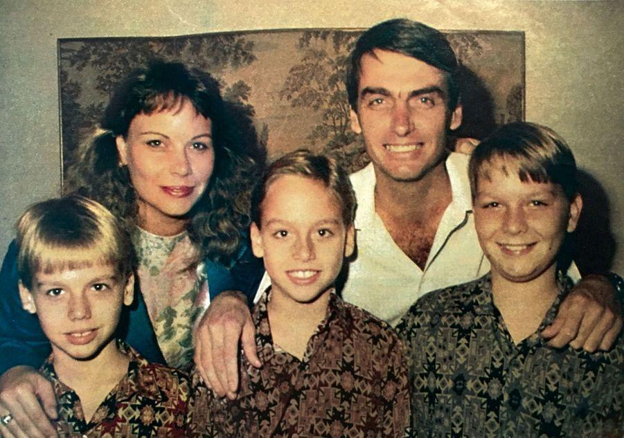 Avec sa première épouse Rogéria et leurs trois fils : de g. à dr., Eduardo, Carlos et Flavio. Bolsonaro épousera ensuite Ana Cristina (dont il aura un fils), puis Michelle (avec laquelle il aura une fille).