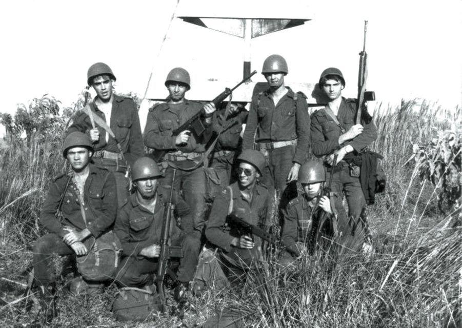 Brevet de parachutiste en poche (44 sauts), il est affecté, dans les années 1980, au Mato Grosso do Sul, à la frontière avec le Paraguay.
