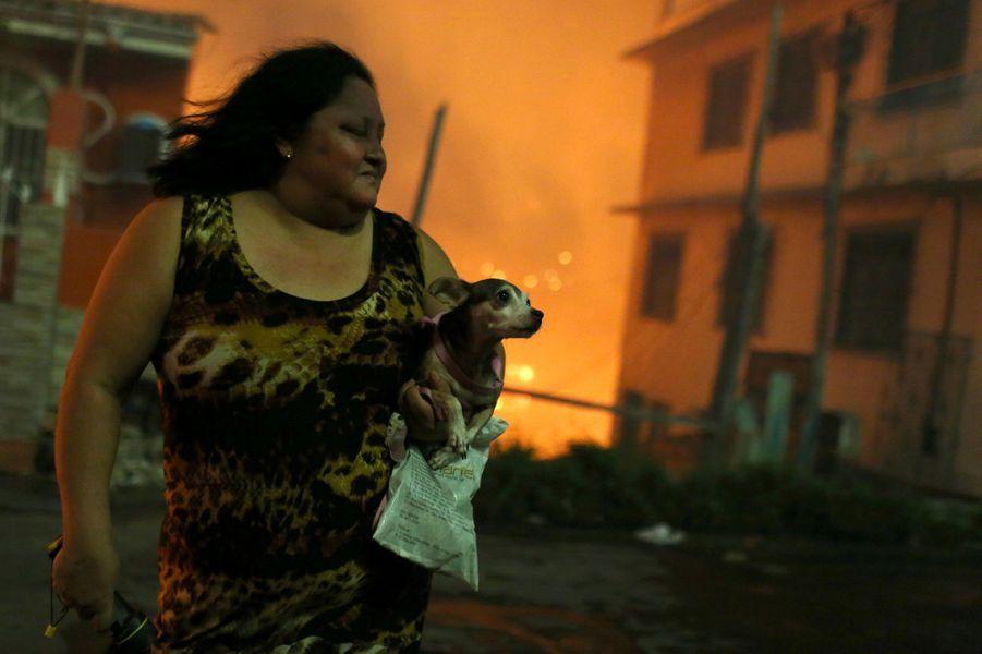 Le quartier de Manaus en proie aux flammes