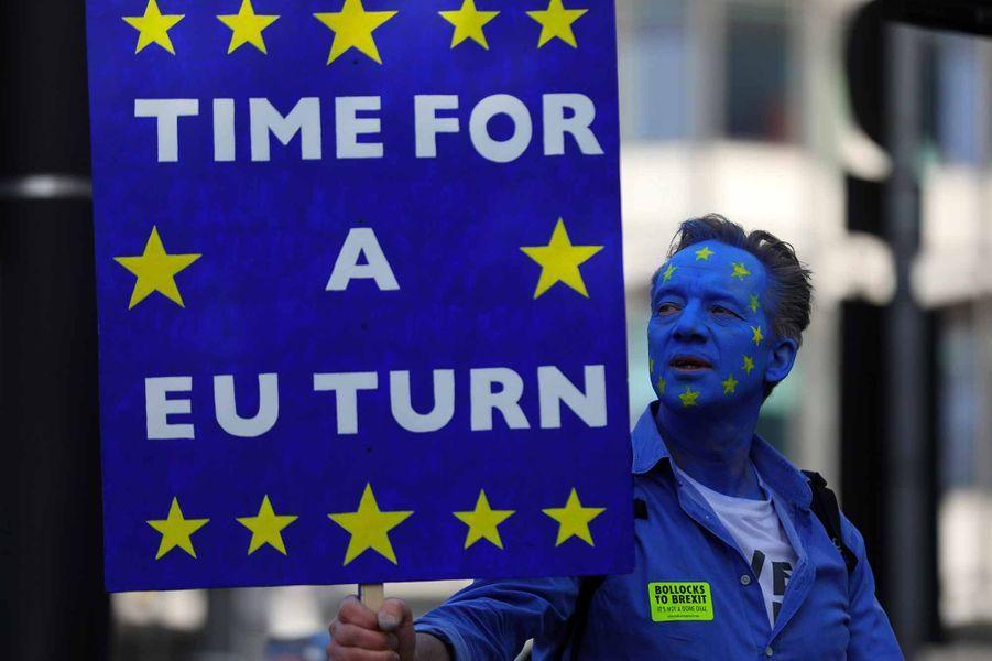 Des dizaines de milliers de personnes, selon les organisateurs, ont commencé à manifester bruyamment samedi à Londres pour réclamer un référendum sur l'accord final sur le Brexit.