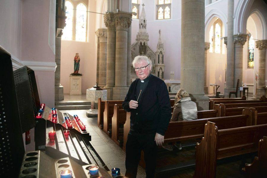 LE PÈRE JOE REDOUTE LE RETOUR DES VIOLENCES ENTRE UNIONISTES ET RÉPUBLICAINS.Prêtre depuis bientôt cinquante ans, ici dans l'église St Michael, à Enniskillen.