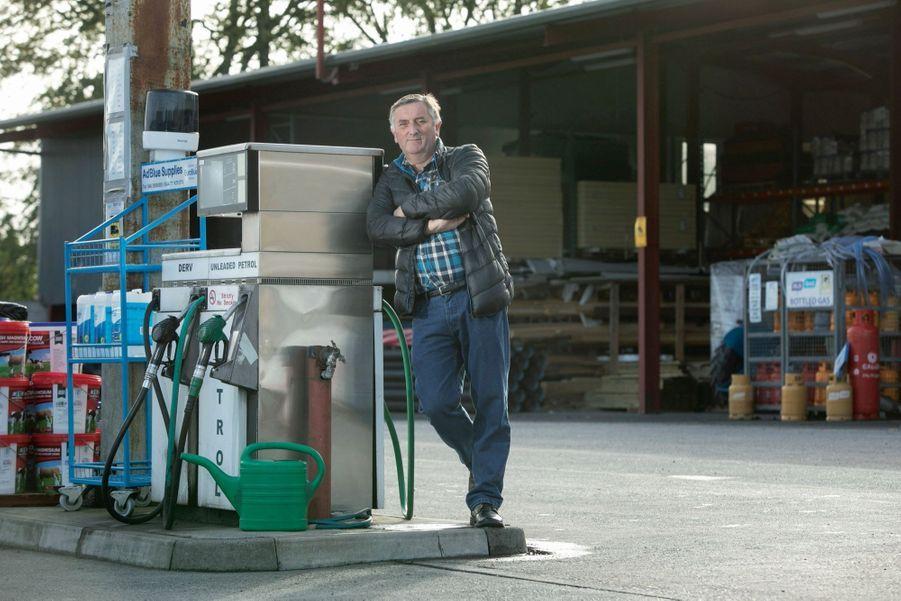 Près de Clones, les pompes à essence d'Eamon sont à cheval sur la frontière.