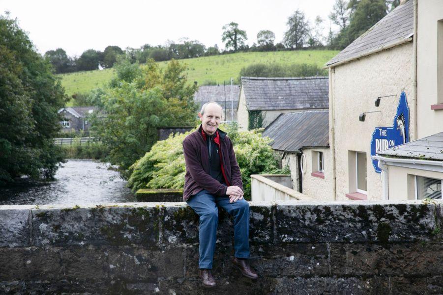 Jim, postier du village de Pettigoe, travaille et habite en Irlande du Sud. Pour traverser le pont, il lui faudrait présenter son passeport.