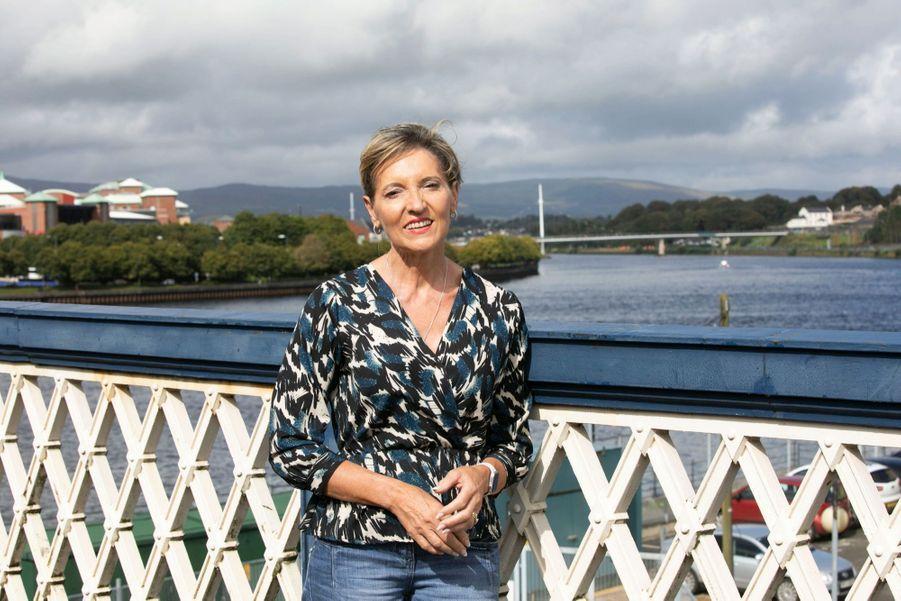 MARTINA ANDERSON, EX-MEMBRE DE L'IRA.Députée européenne depuis 2012, elle milite pour la réunification des deux Irlandes. A l'arrière-plan : le pont de la Paix, inauguré en 2011, sur Foyle, à Derry.