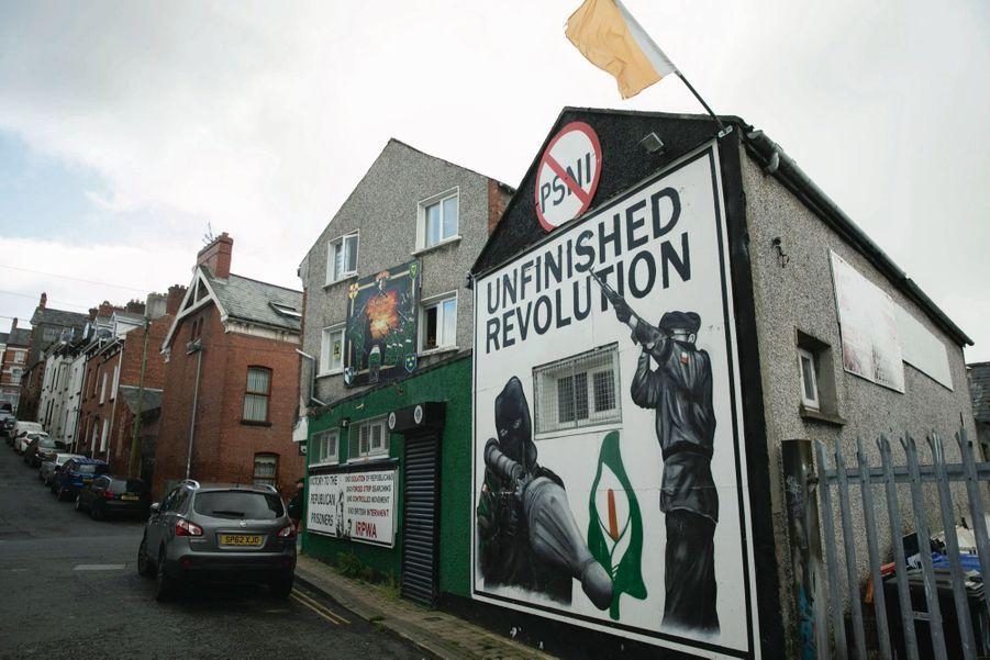 « Révolution pas finie » : une fresque prorépublicaine, aux couleurs de l'Irlande du Sud, dans le quartier catholique Bogside de Derry.