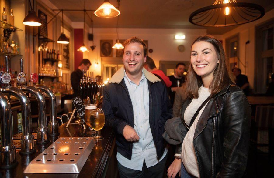 Gérard et Charlotte, dans un pub de la City