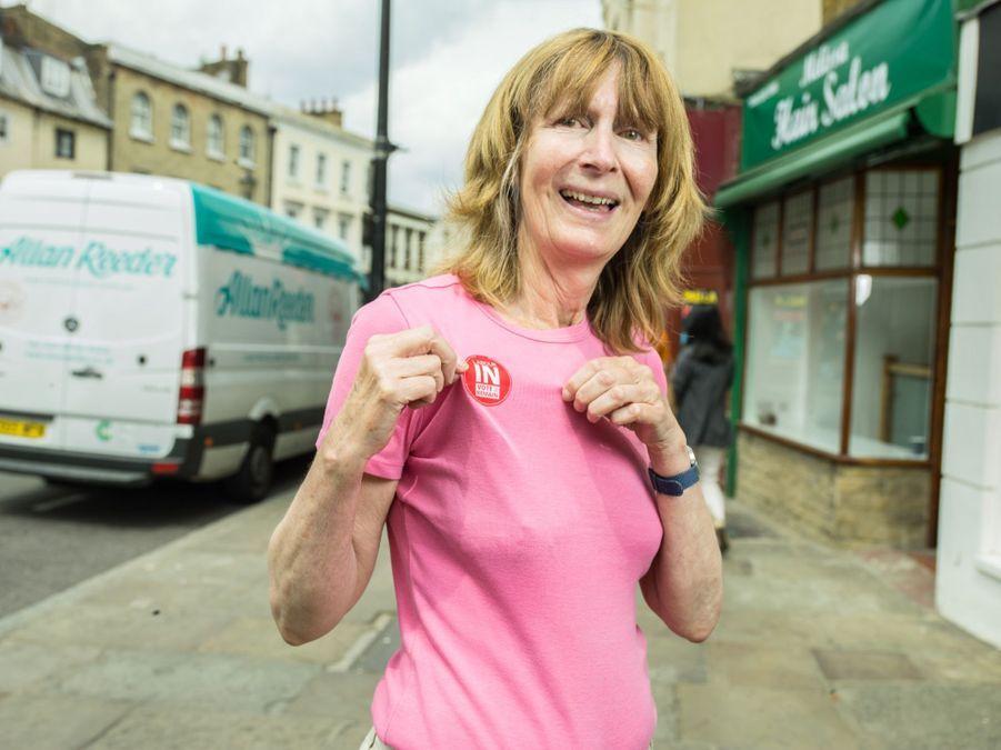 Dans une rue de Greewich, Caroline montre son sticker des partisans du IN. Elle aime l'idée de la paix en Europe et vit la moitié du temps a Montpellier.