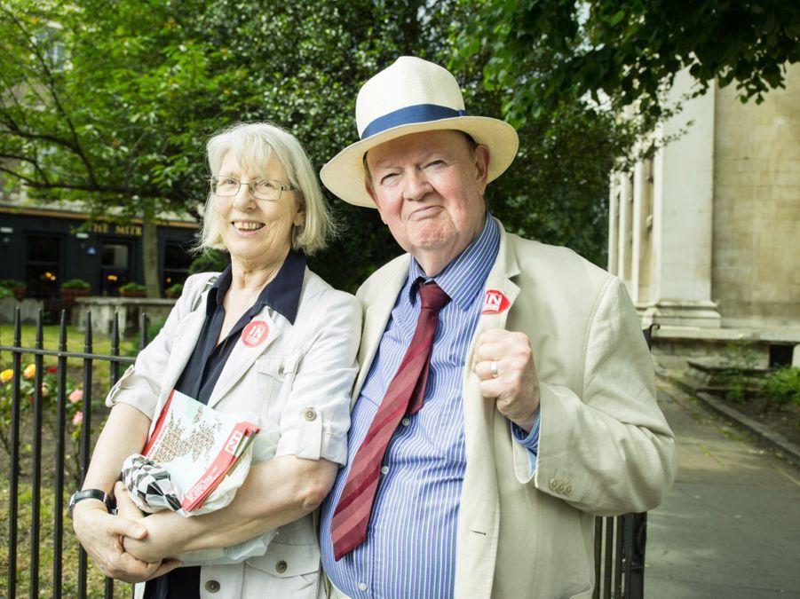 Ces retraités, militants du parti travailliste, soutiennent le contrat social de l'UE et la paix en Europe.