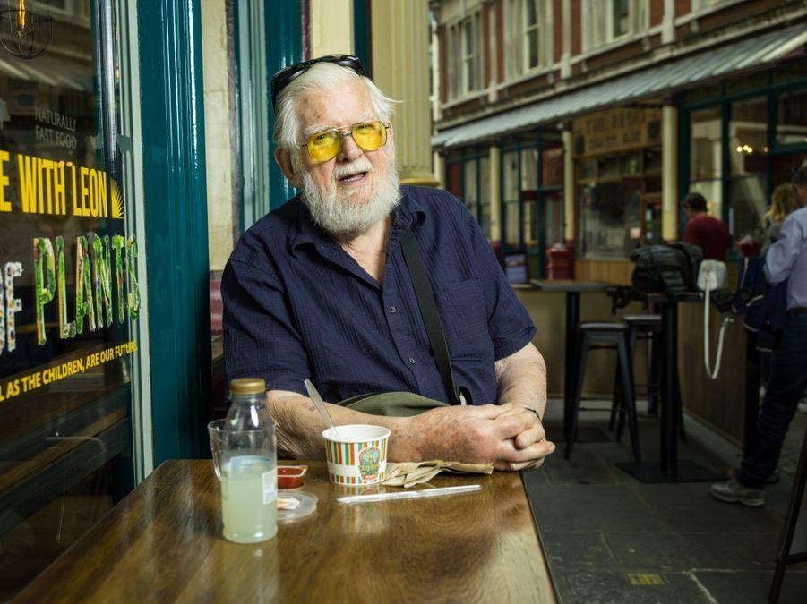 """IN. David Morton (85 ans), retraité en vacances a Londres. Il pose a LeandenHall près de Liverpool Street. """"On se sent petits lorsqu'on est seul"""" dit-il."""