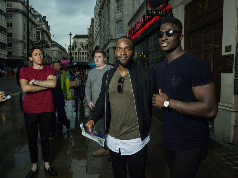Ces amis du lycée, originaires du Kent, posent dans Haymarket Street.